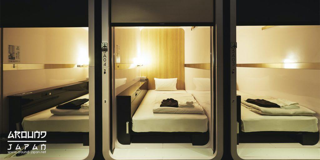 โรงแรมแคปซูลใกล้สถานีรถไฟในโตเกียว