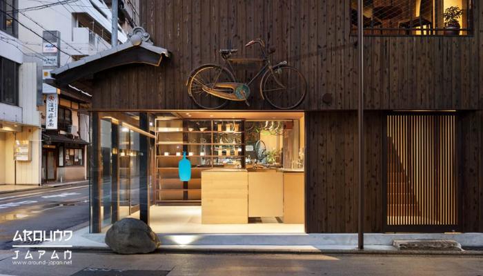Blue Bottle Coffee คาเฟ่ที่คนญี่ปุ่นหลงรัก เป็นร้านกาแฟสไตล์ Speciality ที่เน้นหนักในเรื่องของกาแฟเป็นสำคัญการตกแต่งร้านเป็นสไตล์เรียบง่าย