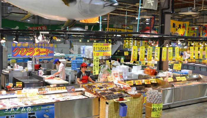 Tore Tore Ichiba ตลาดปลาแห่งเมืองวากายาม่า เป็นตลาดที่ได้รับความนิยมจากนักท่องเที่ยว เพราะว่าในเรื่องของสถานที่ก็มีความกว้างขวางใหญ่โต